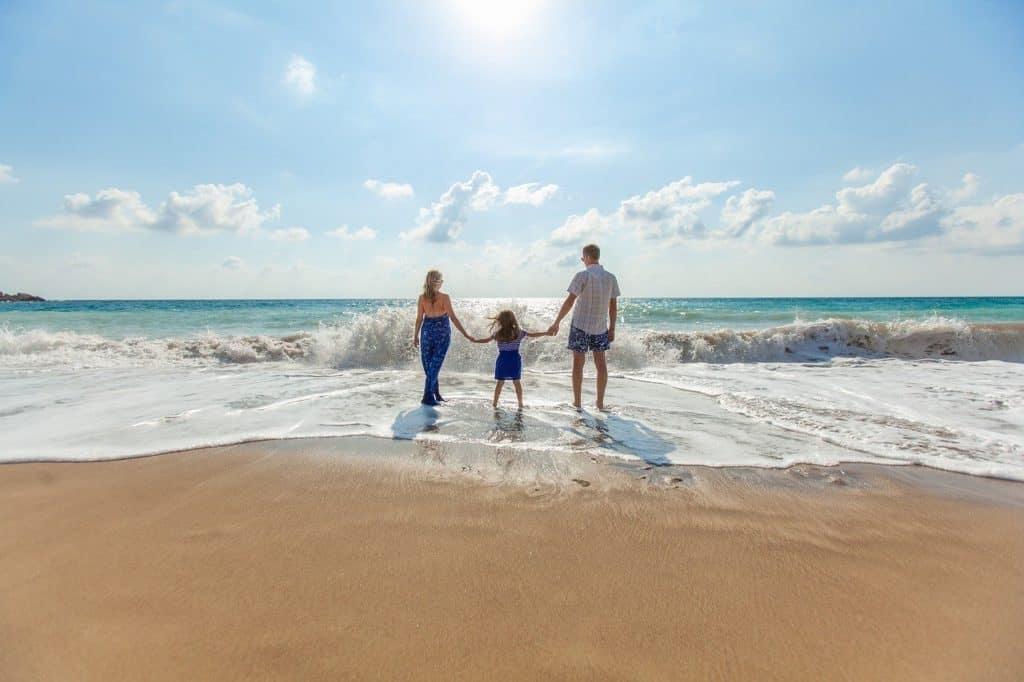 משפחה מבקרת בים