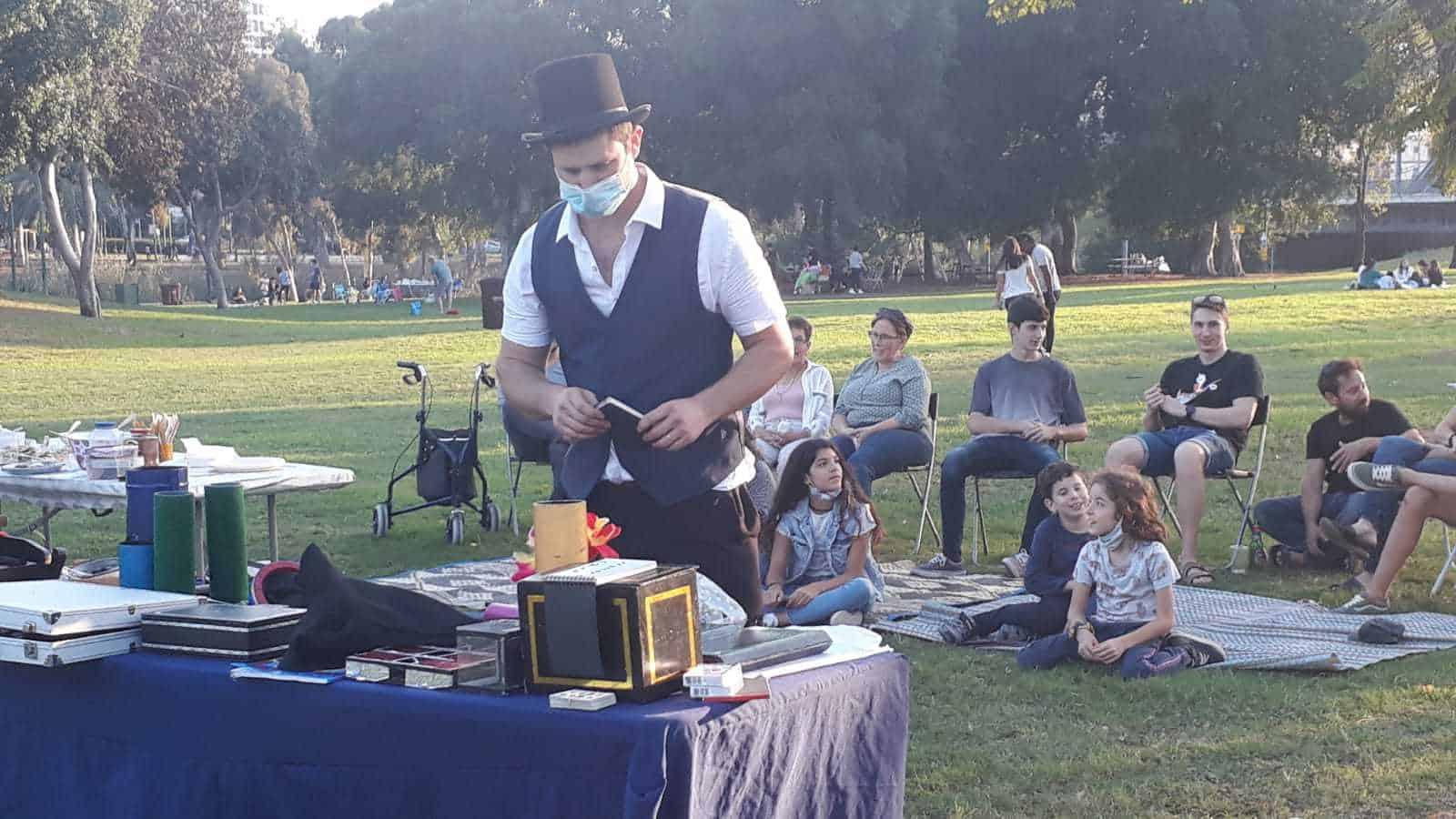 אילון הקוסם מכין את המופע